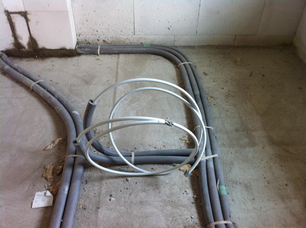 Leitungen für das Waschbecken